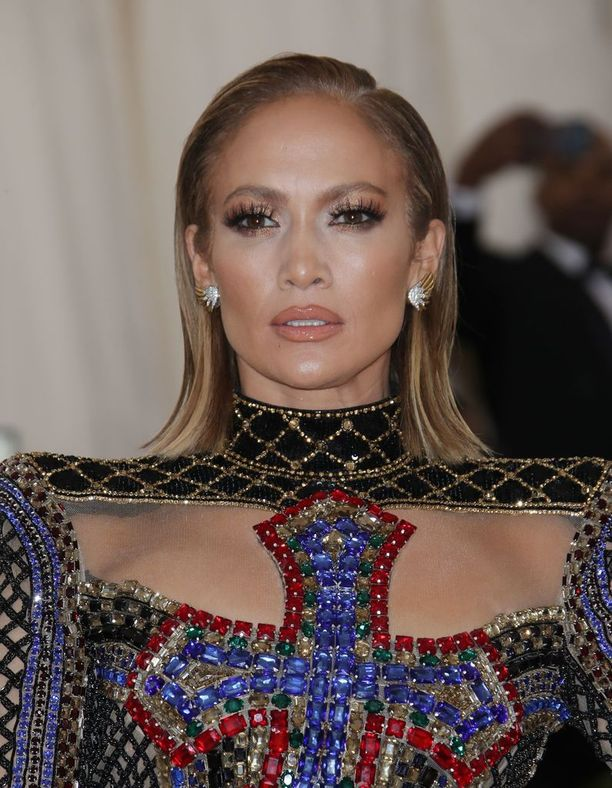 Polkkamittakin taipuu monenlaiseen lookiin. Met-gaalassa Jennifer edusti uusi tukka sliipatusti stailattuna.