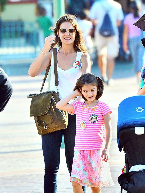Katie Holmesin ja Tom Cruisen Suri-tytär syntyi keväällä 2006. Katien on huhuttu katkaisseen välit Tomiin täydellisesti.