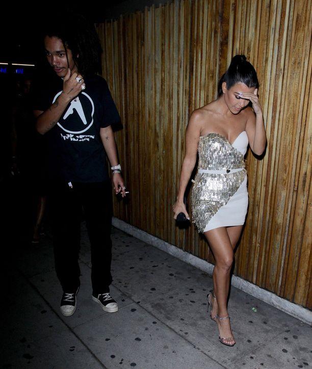 Kourtney Kardashian oli pukeutunut näyttävään vaaleaan mekkoon.