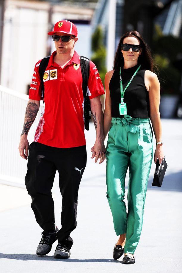Kimi ja Minttu Räikkönen kulkivat lauantaina Bakun varikolla käsi kädessä.
