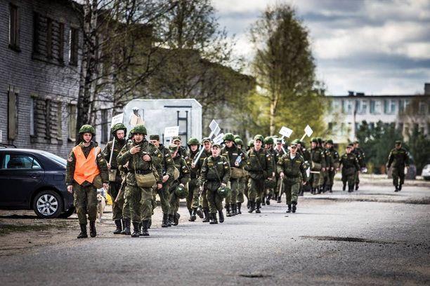Venäläissotilaita Alakurtissa tämän vuoden kesäkuussa, jolloin tukikohdassa oli hiljaista.