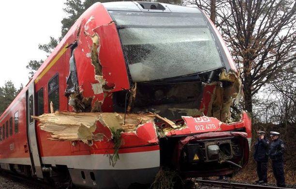 Bayreuthin ja Nürnbergin välillä matkustaneen junan matka päättyi kaatuneen puun vuoksi Pegnitziin Saksassa.