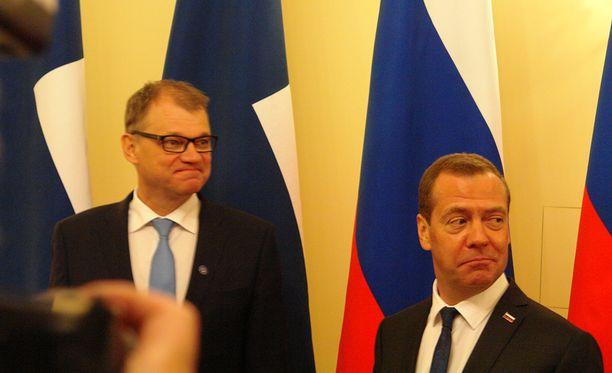 Juha Sipilä ja Dmitri Medvedev keskustelevat Pietarissa.