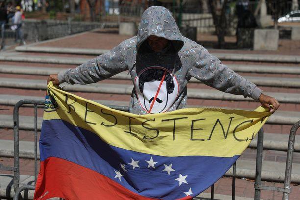 Presidentti Nicolas Maduroa vastustava mielenosoittaja Caracasin kaupungintalolla viime viikonloppuna.