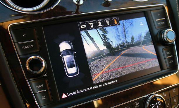 Peruutuskamerat helpottavat peruuttamista ja moniin autoihin saa myös automaattisen pysäköintijärjestelmän. (Bentley).
