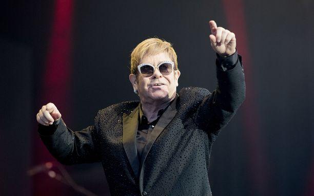 Elton John saa oman kolikon.