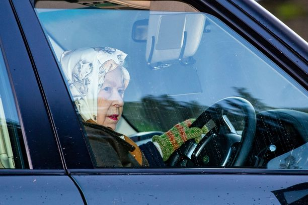 Elisabet bongattiin auton ratissa. Kuskin päivämeikki oli huoliteltu huulipunaa myöten.