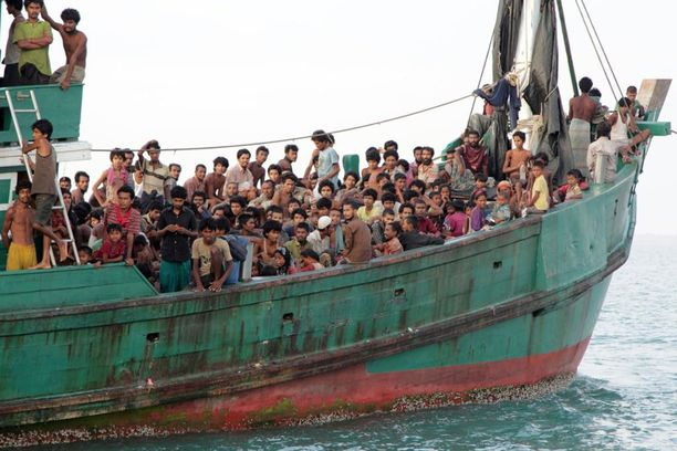 Vuoden 2015 alussa kymmenettuhannet rohingyat pakenivat veneillä muualle Kaakkois-Aasiaan. Kuva Indonesian edustalta.