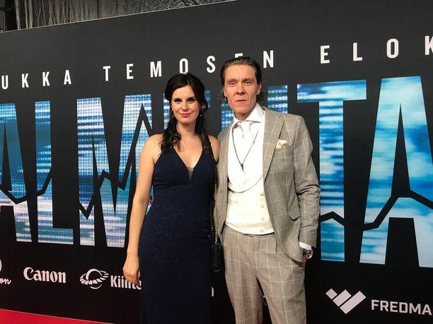Tuukka Temonen saapui elokuvansa ensi-iltaan yhdessä vaimonsa Olga Temosen kanssa.