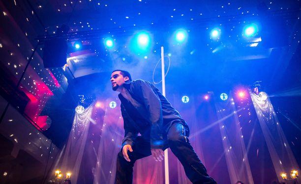 Haluatko strippariksi -kilpailun voittaja Luis Acao lavalla Sexhibition-messuilla.