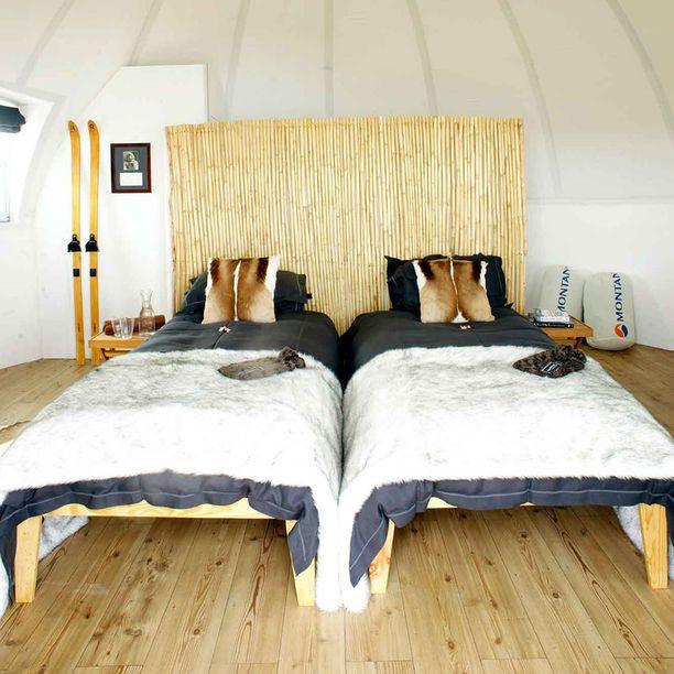 Makuuhuoneissa on puinen lattia ja melkeinpä skandinaavinen sisustus.