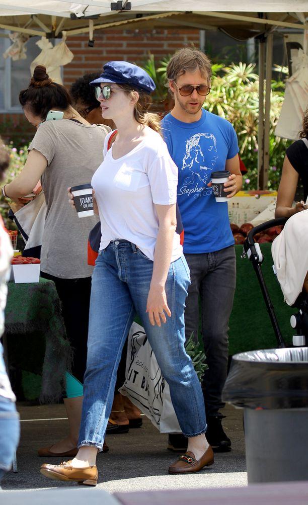 24. maaliskuuta syntyneen poikavauvan isä on Hathawayn aviopuoliso Adam Shulman.