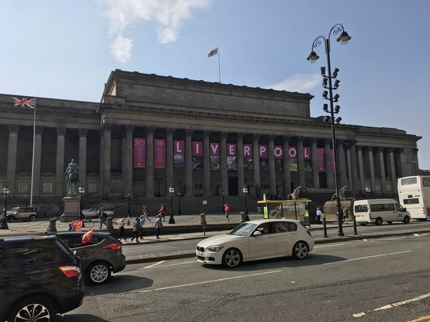 Lime Streetin aseman lähellä valtava lakana teki selväksi, että Liverpool pelaa tänään Mestarien liigan finaalissa.