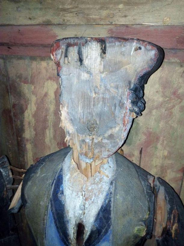 Poliisin mukaan patsaan kasvot oli tuhottu kivellä lyömällä.