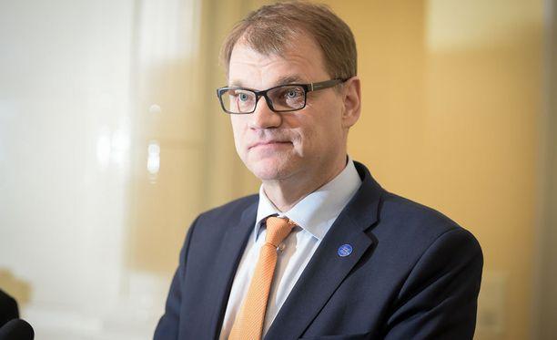 Mielenosoittajat häiriköivät Juha Sipilän kampanjointia.
