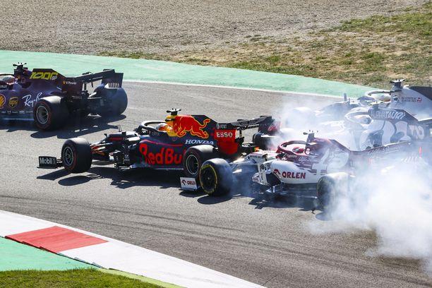 Max Verstappenin matka jäi kesken muun muassa Mugellossa. Kuvassa Kimi Räikkönen antaa moottoriongelmista kärsineelle hollantilaiselle vauhtia avauskierroksen kärhämässä.