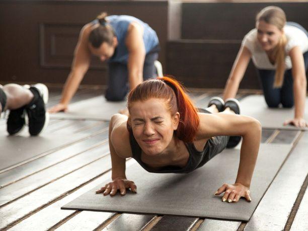 Aurinkotervehdyksestä kipupimentoon. Joogan perusliikkeet voivat aiheuttaa ongelmia, jos kehon liikkuvuus ei ole kunnossa.