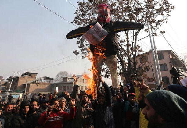 Myös Intian Kashmirissa poltettiin Trump-nukke.