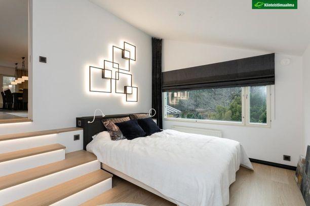 Kuvittele kuvan makuuhuone ilman valaisinta. On selvää, miten paljon persoonallinen mutta samaan aikaan pelkistetty taideteosmainen valaisin tuo tilaan luksuksen henkeä.