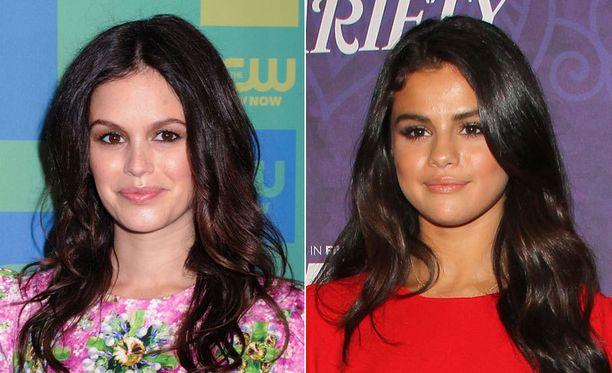 Näyttelijä Rachel Bilson ja näyttelijä-laulaja Selena Gomez.