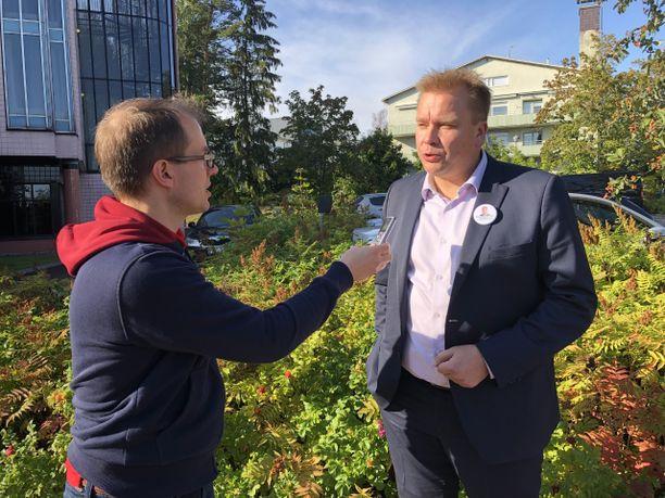 Antti Kaikkonen arvioi Kouvolassa, että vasta ehdokkaiden puheet ratkaisevat voittajan.