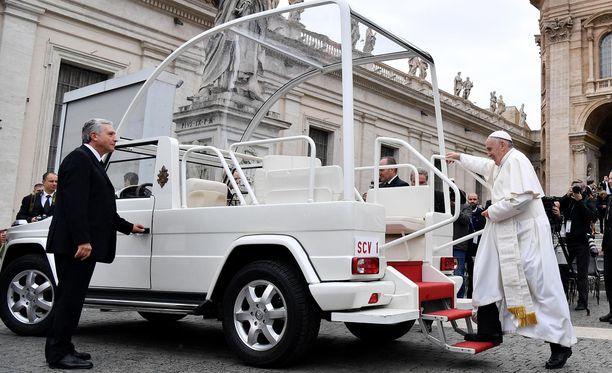 """Paavi kulkee tavallisesti tällä """"pope mobilella""""."""