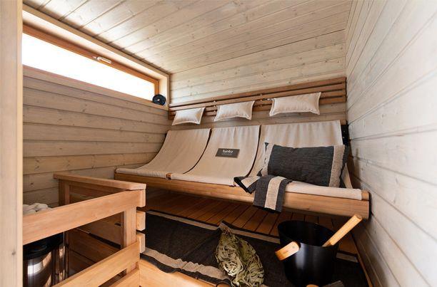 Yksi kiinnostavimmista saunoista on Villa Edlan minisauna, jossa on perinteisten lauteiden sijaan riippulauteet.
