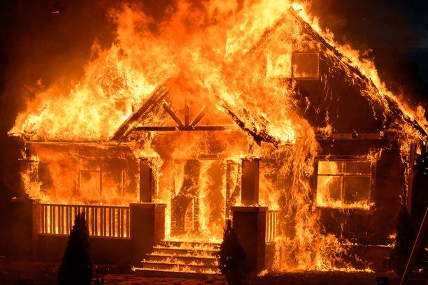 Moni tulipalo kotona saa alkunsa inhimillisestä virheestä. Tulipalo voi levitä ikävin seurauksin, jos sitä ei saada nopeasti hallintaan.