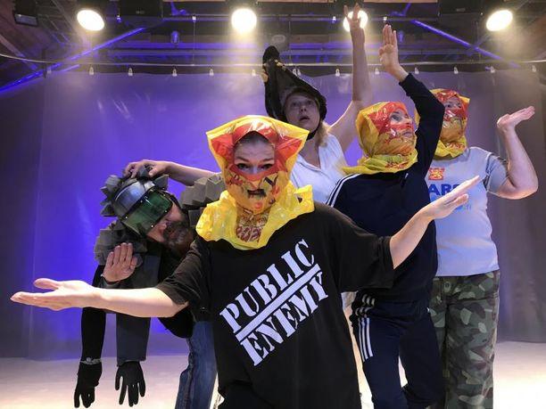 Homo Secundus -esityksen on ohjannut Teemu Mäki, käsikirjoitus on Miko Kivisen ja Teemu Mäen yhteistyötä.
