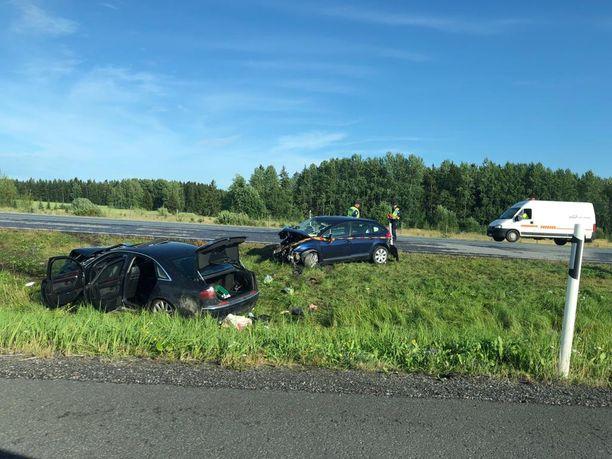 Nokkakolarin ajaneet autot sinkoutuivat kaistojen väliselle ruohikkoalueelle.