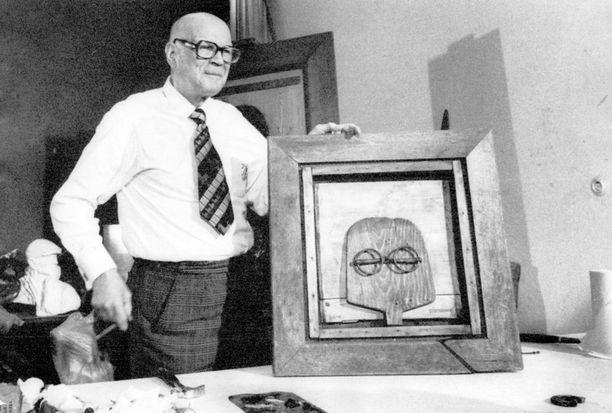 Presidentti Urho Kekkonen esitteli vuonna 1970 ensimmäistä taideteostaan, joka oli omakuva. Teos huutokaupattiin ja tuotto lahjoitettiin Maailman Luonnonsäätiölle