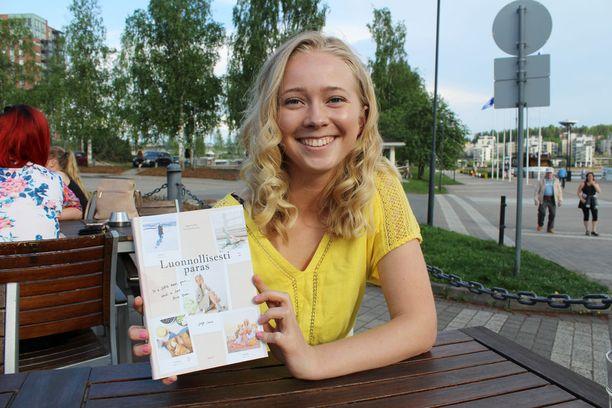 Iina Karonen tuo kirjaan nuoren naisen elämänkokemuksen.