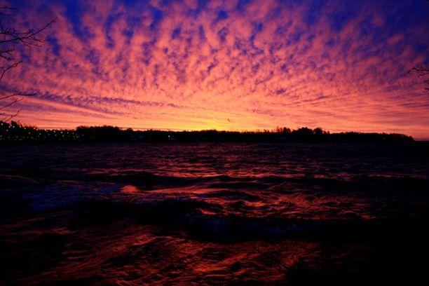 Nouseva aurinko maalasi Hanasaaren edustan punaisen eri sävyillä.