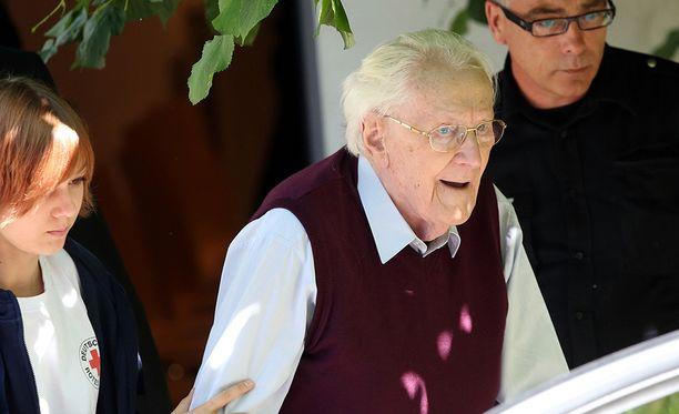 96-vuotias Oscar Gröning on viimeisenä keinona vankilan välttääkseen anonut rikostensa armahtamista.