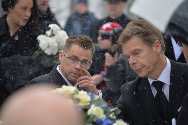 Joukko mäkikotkan läheisiä oli läsnä hautajaisissa.