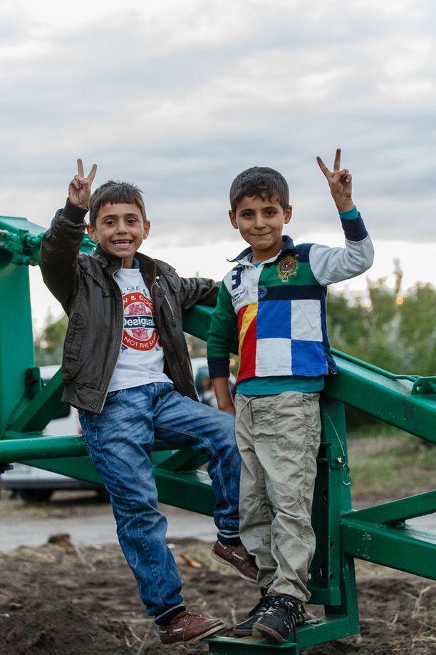 Vaikeuksista huolimatta pakolaislapset jaksoiva hymyillä.