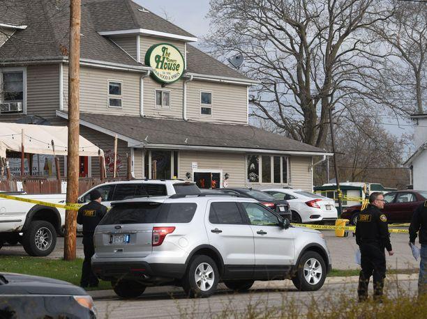 Epäilty ampui kuutta ihmistä paikallisen pubin edustalla Kenoshassa.