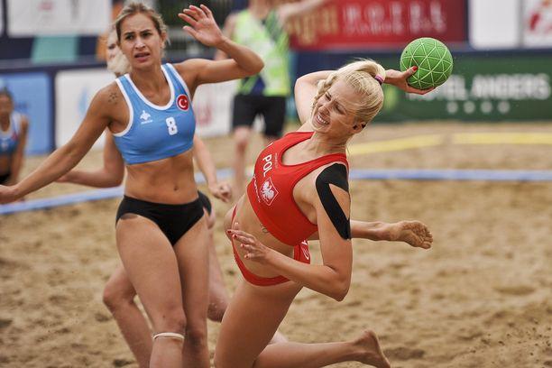 Rantakäsipallossa kansainvälinen käsipalloliitto HIF on lajiväen hämmästykseksi määrittänyt naisten peliasuiksi bikinit. Kuvassa Turkin ja Puolan kohtaaminen tämän kesän EM-kisoissa.