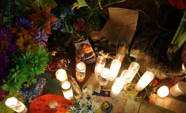 Kynttilät syttyivät uhrien muistolle.