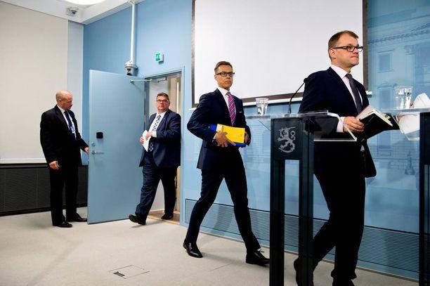 Pääministeri Juha Sipilän (kesk) hallitus yrittää kerätä rahaa valtion kirstuun maksuja korottamalla ja veroja kiristämällä.