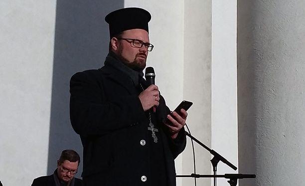Ortodoksipappi Teemu Toivonen luki tilaisuudessa runon ja toivoi, etteivät ihmiset kerää vihan kierroksia.