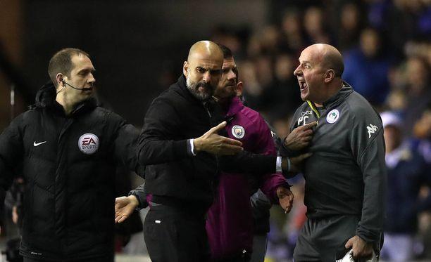 Pep Guardiola (kesk.) ja Wigan-manageri Paul Cook (oik.) näkivät Fabian Delphin ulosajoon johtaneen tilanteen toisin.