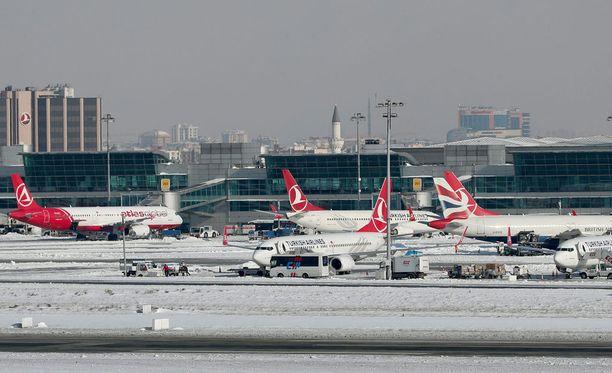 Lumipyry aiheutti Istanbulissa lentokaaoksen.
