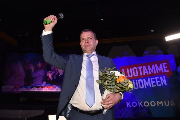 Vaaleissa niukasti kolmanneksi jääneen kokoomuksen Petteri Orpo sai omiltaan raikuvat kannustukset vaalivalvojaisissa. Orpo julisti, ettei kokoomus lähde mihin tahansa hallitukseen, vaan pitää kiinni periaatteistaan.