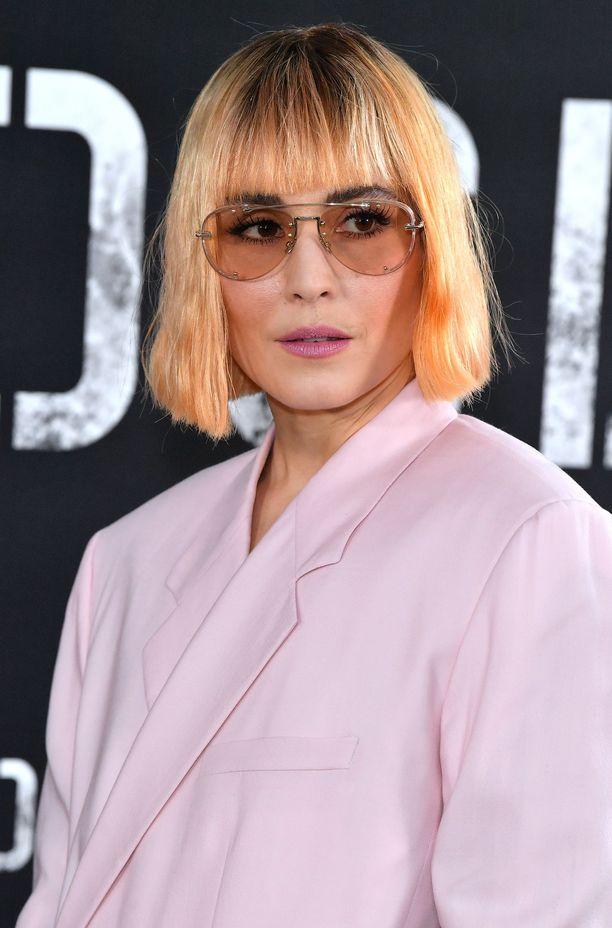 Noomi Rapacen persikkainen hiusväri.