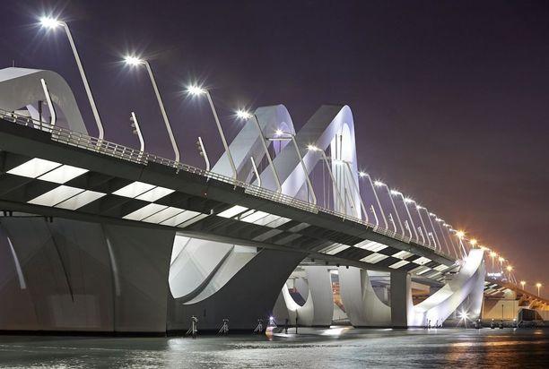 Sheikki Zayedin moderni silta Abu Dhabissa.