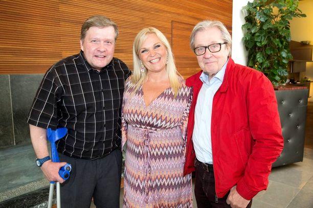 Lauri Karhuvaara, Raakel Lignell ja Markku Veijalainen juonsivat MTV:n Studio55-ohjelmaa. Karhuvaaraa ei enää nähdä jatkossa ohjelmassa ja myös Veijalaisen jatko on auki.