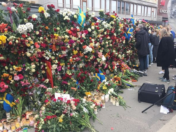 Poliisin Åhlensin tavaratalon ympärille laittamat aidat olivat täynnä ruusuja.
