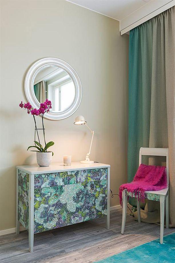 Asunnossa on runsaasti Ellenin itse tekemiä ja tuunaamia huonekaluja kuten tapetilla tuunattu vanha lipasto ja tuoli.