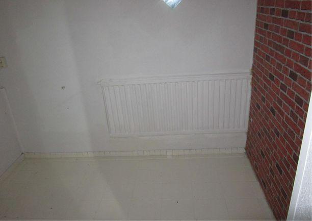 Suurempi huone jaettiin vanerista tehdyllä väliseinällä kahdeksi huoneeksi. Kuvassa näkyy, miten lämpöpatteri jää osittain seinän toiselle puolelle.
